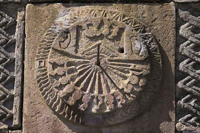 """L'antica tradizione delle meridiane """"testimoni silenti"""" dello scorrere del tempo"""