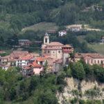 Arroccato su un terrazzamento naturale il borgo astigiano di Bubbio