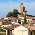 Il borgo medievale di Serralunga d'Alba nelle Langhe in provincia di Cuneo
