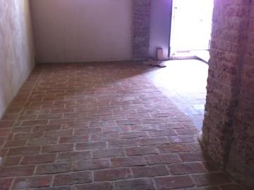 06 sigillatura e stuccatura finale pavimentazione in cotto