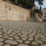 Come restaurare pavimentazioni storiche esterne, sentieri, selciati