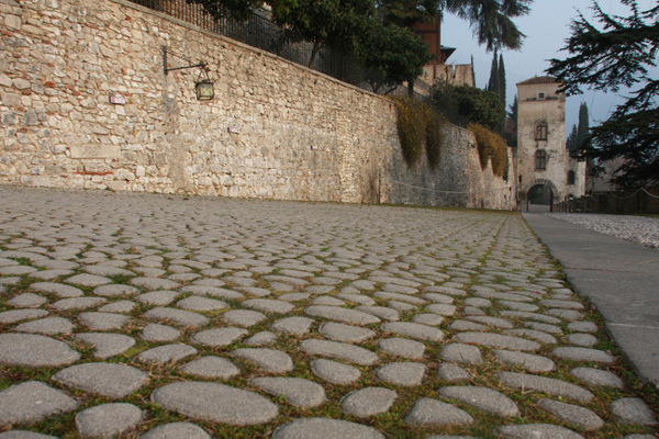restauroeconservazione-pavimentazione-in-ciottoli-di-fiume
