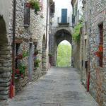 In Langa astigiana raccolto dentro antiche mura medievali il borgo di Mombaldone