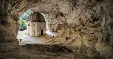 La bellezza delle grotte carsiche di Frasassi in provincia di Ancona